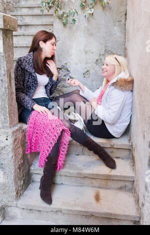 Conversation amis femelle Banque D'Images