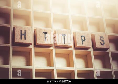 De la macro Word HTTPS formé par des blocs de bois dans un Typecase Banque D'Images