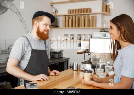 Concept d'entreprise Café - jeunes beared barista beau parler avec beau portrait client dans le café moderne. Banque D'Images
