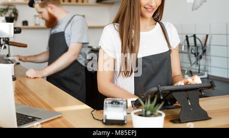 Concept d'entreprise Café - beau portrait de barista ou barman manager en ordre d'affectation au menu tablette numérique Banque D'Images