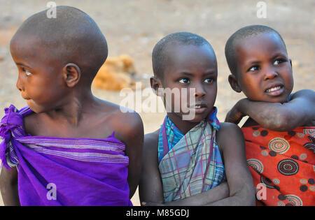 Portrait de trois professionnels, les jeunes enfants en Samburan robe traditionnelle colorée, posant pour l'appareil Banque D'Images