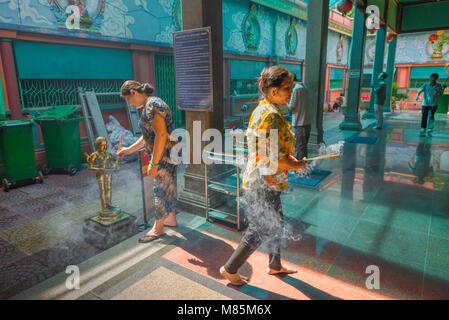 Temple Hindou Vietnam, deux femmes d'effectuer un acte d'adoration dans le temple hindou de Mariamman à Ho Chi Minh Banque D'Images