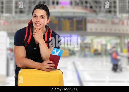 Jeune homme ticket vol aéroport vol voyage voyage assurance locations de vacances bagages enregistrés Banque D'Images