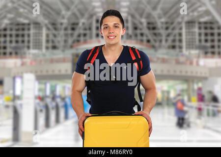 Jeune homme avec une assurance bagages sac de voyage vol aéroport locations de vacances fly Banque D'Images