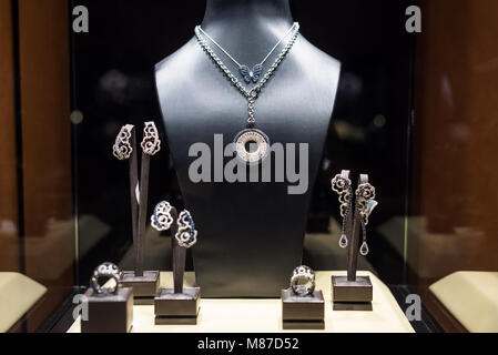 db50387de3e Bracelets en or sur l affichage à un magasin de bijoux dans le Gold ...
