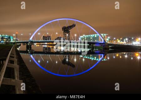 Le Clyde Arc (connu localement sous le pont aux), est un pont routier enjambant la rivière Clyde à Glasgow Finnieston connexion à Govan