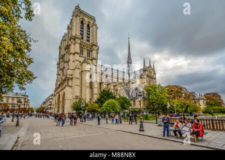 Le quartier gothique de la Cathédrale Notre Dame de Paris dans l'île de la cité la France auprès des touristes et Banque D'Images