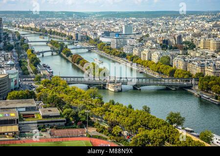 L'île aux cygnes une petite île sur la Seine à Paris, France, dans le 15ème arrondissement et pont de Grenelle Pont Banque D'Images