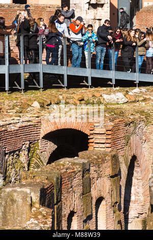 Les touristes au Colisée ou Coliseum, également connu sous le nom de l'amphithéâtre Flavien, avec le sous-sol hypogée, Banque D'Images