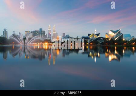 Kuala Lumpur Cityscape. image de Kuala Lumpur, Malaisie pendant le coucher du soleil à Titiwangsa parc avec fontaine. Banque D'Images