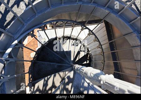 Un escalier en colimaçon menant à la plate-forme du haut de l'ascenseur de Santa Justa à Lisbonne, Portugal Banque D'Images