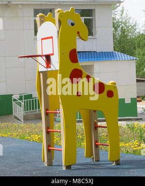 Une aire de jeux pour enfants, un curseur situé sur le sable. Banque D'Images