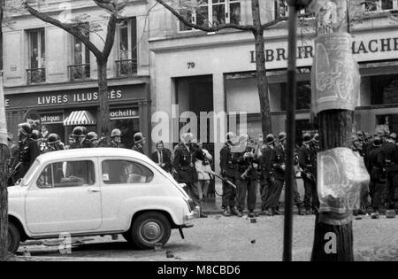 Philippe Gras / Le Pictorium - Mai 68 - 1968 - France / Ile-de-France (région) / Paris - attente de police Banque D'Images
