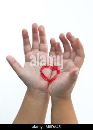 Coeur dans les mains. La Saint-Valentin, la romance, l'amour concept Banque D'Images