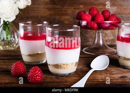 Dessert de Framboise crème fouettée mousse au chocolat blanc, purée de framboises comme de la gelée, et la base Banque D'Images
