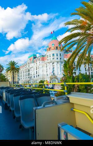 Sur le toit d'un Bus décapotable sur Nice et l'hôtel Le Negresco en Provence-Alpes-Côte d'Azur, France Banque D'Images