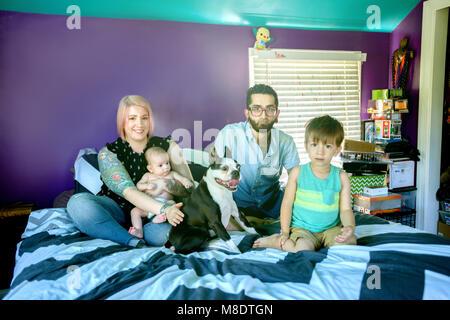 Famille le lit dans la chambre Banque D'Images