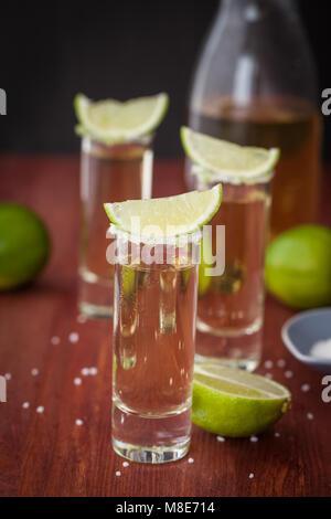 Tequila sur verres avec de la chaux et de sel Banque D'Images