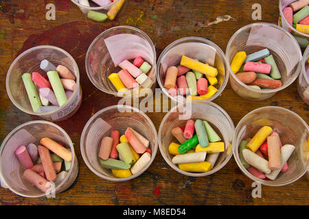 Des pots de dessin craies et pastels multicolores Banque D'Images