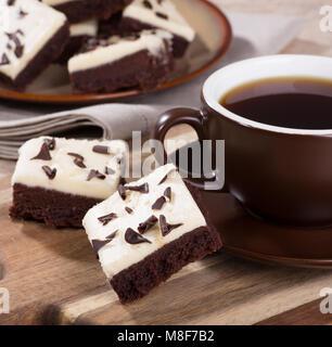 Deux brownies fondant au chocolat avec une tasse de café sur un plateau en bois Banque D'Images
