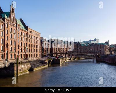 Hambourg, Allemagne - 21 Avril 2016: voir à partir de pont à l'ancien quartier d'entrepôts et Elbphilharmonic Hall Banque D'Images