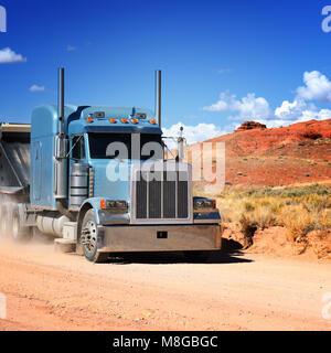 Semi-truck conduite à travers le désert, USA Banque D'Images