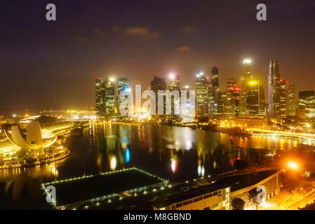 Les tours du quartier d'affaires central et Marina Bay, Singapour de nuit