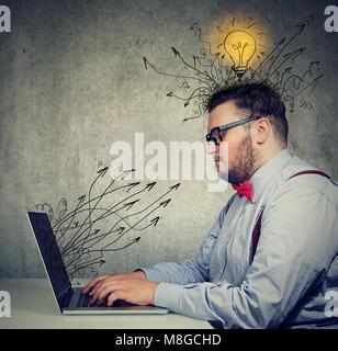 Man working on laptop a des idées lumineuses Banque D'Images