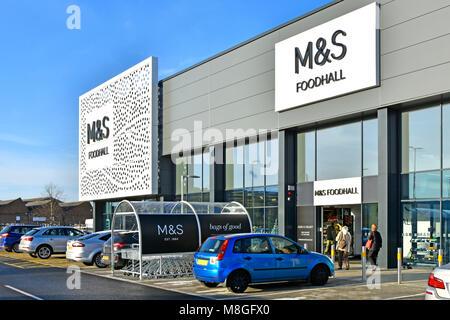 Parking gratuit à l'extérieur de M&S boutique moderne bâtiment de devant chez Marks et Spencer foodhall en retail park shopping alimentaire client entre Chelmsford Essex UK