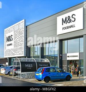 M&S de l'architecture moderne à l'avant-corps boutique Marks & Spencer foodhall en retail park food hall & customer Chelmsford Essex England UK