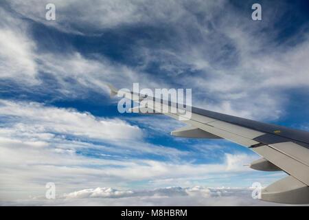 Vue depuis la fenêtre d'un avion, tout en volant au-dessus de la Suisse.