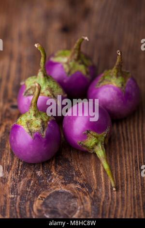 Aubergines asiatiques sur bois foncé Banque D'Images