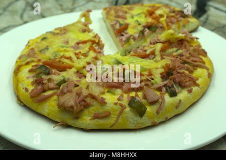 Couper en tranches de délicieuses pizzas fraîches aux champignons et de pepperoni sur un fond sombre. Vue d'en haut Banque D'Images