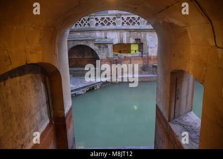 Les bains romains SUR UNE SOIRÉE D'HIVER. BATH, Somerset, Angleterre. Banque D'Images