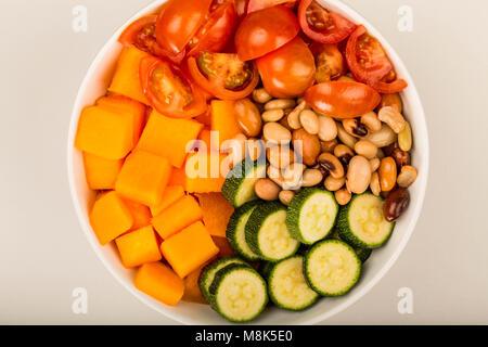 Végétarien ou Végétalien en santé la patate douce et les haricots Hawaiian Stlye Bol Bouddha sur un arrière-plan Banque D'Images