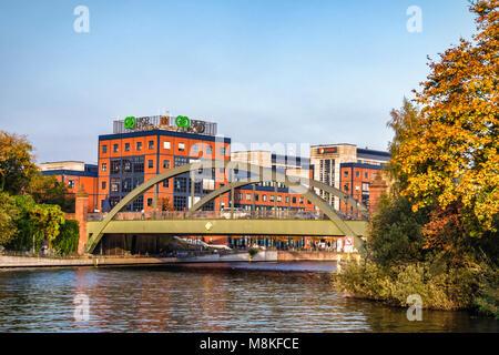 Vue sur la rivière Spree Berlin.orange & bleu bâtiment moderne de la technologie NCR compmay & vieille Lessing bridge Banque D'Images