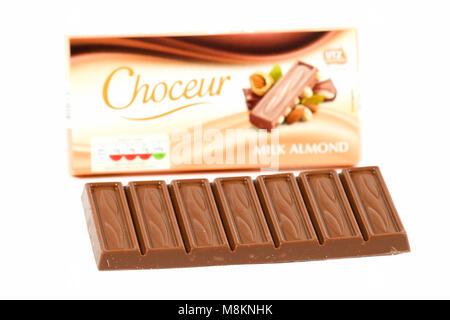 Amande Lait Chocolat Choceur isolé sur fond blanc Banque D'Images