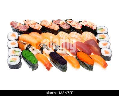 Différents types de sushi roll isolé sur fond blanc. Cuisiune japonais.