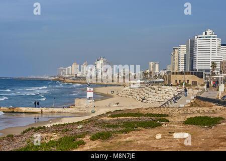 Scène de plage de Tel Aviv où le désert rencontre la Méditerranée Banque D'Images