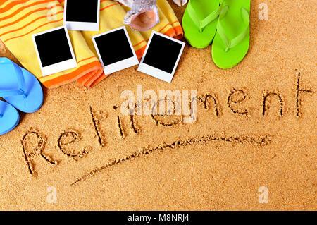 Fond de plage avec une serviette, des tongs, des impressions photo de vierge et le mot écrit dans le sable de la Banque D'Images