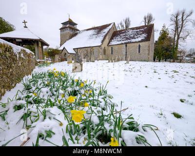 Spring snow scene de St Andrew's Church dans Meonstoke dans le Meon Valley près de la South Downs, Hampshire, Royaume Banque D'Images