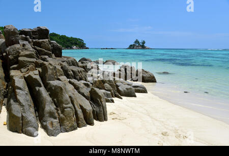 22 janvier 2018, les Seychelles, Anse Royale: la plage de l'Anse Royale, à 3 kilomètres de long baie du même nom sur la côte sud-est de l'île principale de Mahé aux Seychelles. Les roches de granit noir de différentes formes forment un contraste optique à l'eau turquoise et de sable blanc. Les Seychelles sont un archipel de 115 îles dans l'Océan Indien. Ses plages sont considérées parmi les plus belles au monde. Dans le monde d'utilisation |