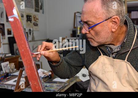 Artiste peintre la peinture d'une photo en studio Banque D'Images