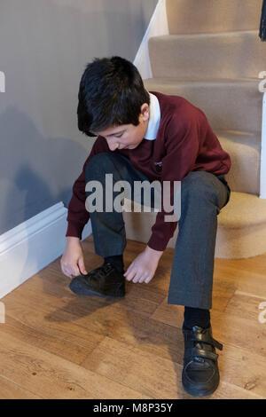 Écolier,10 ans, se préparer pour l'école le matin, Surrey, Angleterre Banque D'Images