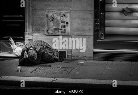 Vieille dame priant pour de l'argent sur les rues de l'Italie
