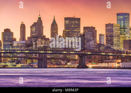 New York, New York, USA le lower Manhattan Financial District skyline at Dusk sur l'East River. Banque D'Images