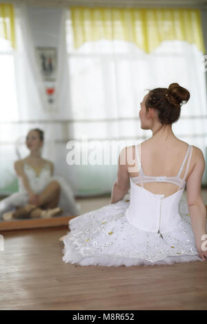Jolie fille ballerine pratiquer Banque D'Images