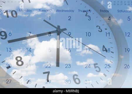 Horloge et calendrier en bleu ciel. Le temps qui passe Banque D'Images