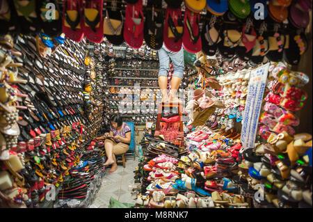 Marché Vietnam Saigon chaussures, voir d'un magasin de chaussures à l'intérieur de Cholon, le marché Binh Tay, Ho Banque D'Images