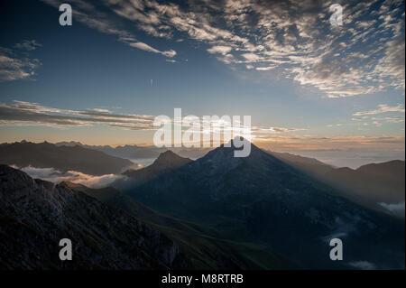 À l'aube dans les montagnes de brouillard Banque D'Images